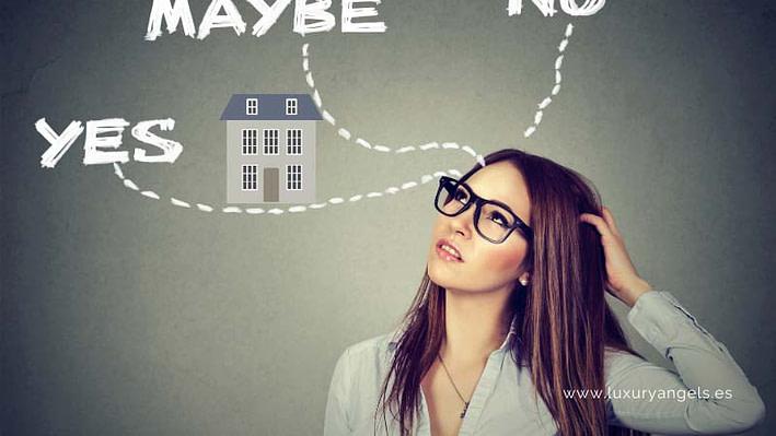 mujer dudando si comprar una casa